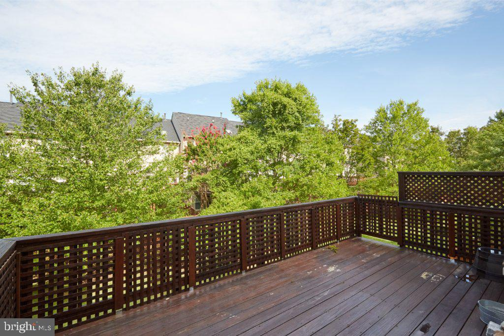 Deck with neighbors lattice for privacy - 2028 GALLOWS TREE CT, VIENNA