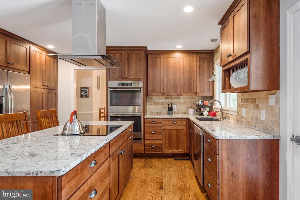 HUGE kitchen with tons of storage! - 5219 CALVERT CT, FREDERICKSBURG