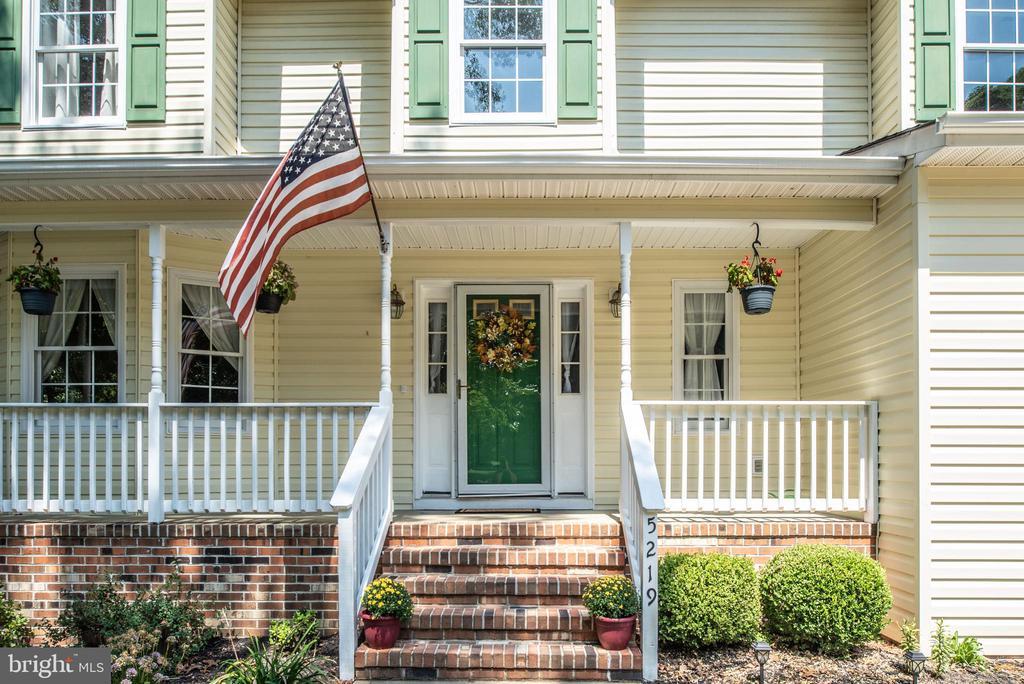 Brick front porch - 5219 CALVERT CT, FREDERICKSBURG