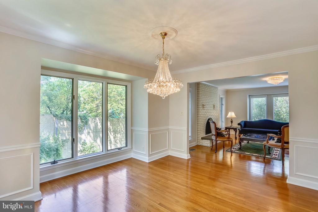 Hardwoods, chair rail, neutral paint, open plan - 7404 BRADLEY BLVD, BETHESDA