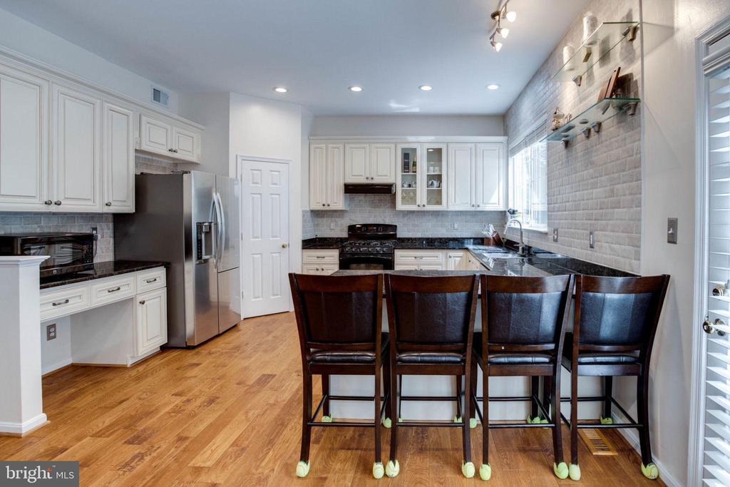 Gourmet kitchen new cabinets2017/SS appliances - 4026 ROSEMEADE DR, FAIRFAX