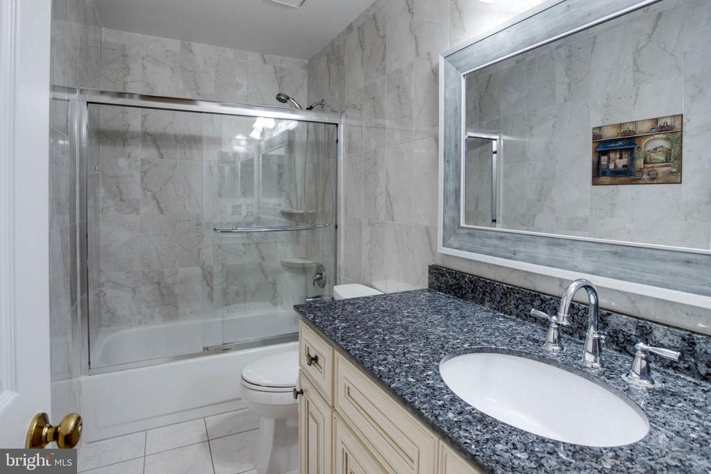 2nd level hallway BA w/ granite top w/new cabinet - 4026 ROSEMEADE DR, FAIRFAX