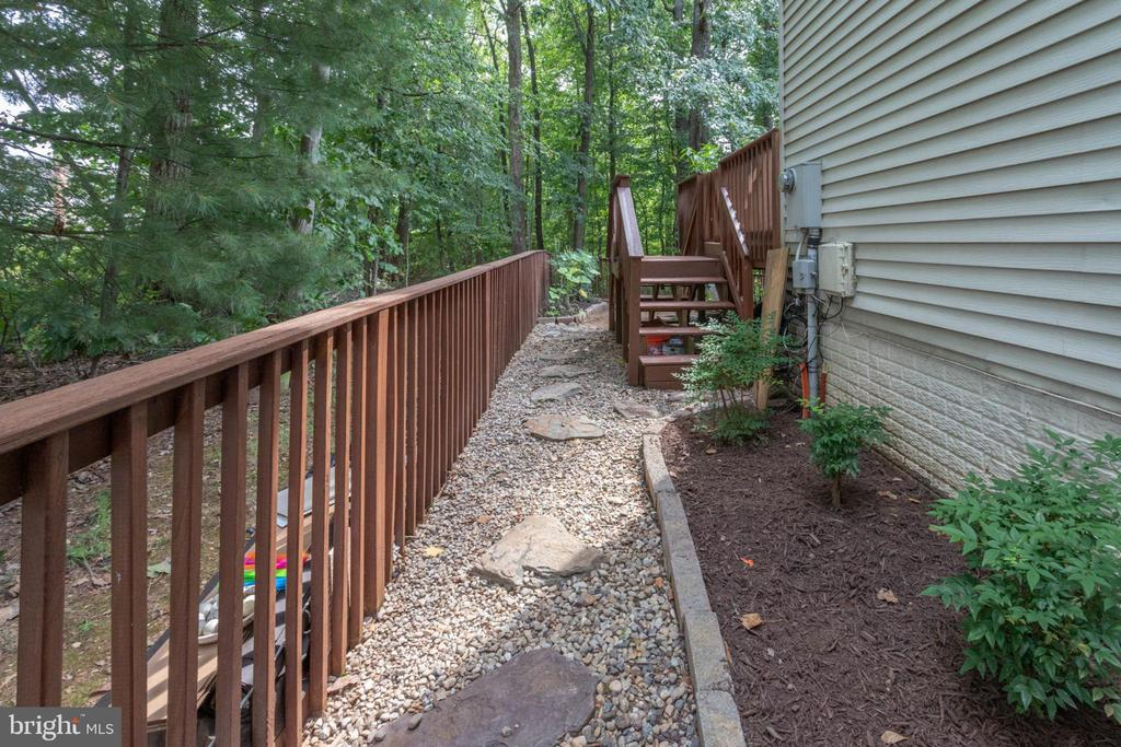 Inner fenced yard to stairs to deck to kitchen - 4026 ROSEMEADE DR, FAIRFAX