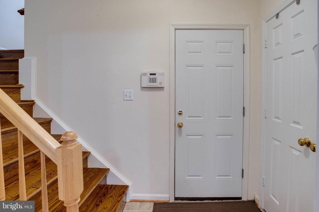 all wood stair case - 4026 ROSEMEADE DR, FAIRFAX