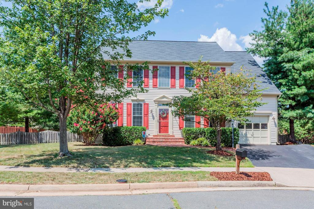 Very pretty landscaping! - 42956 OHARA CT, ASHBURN