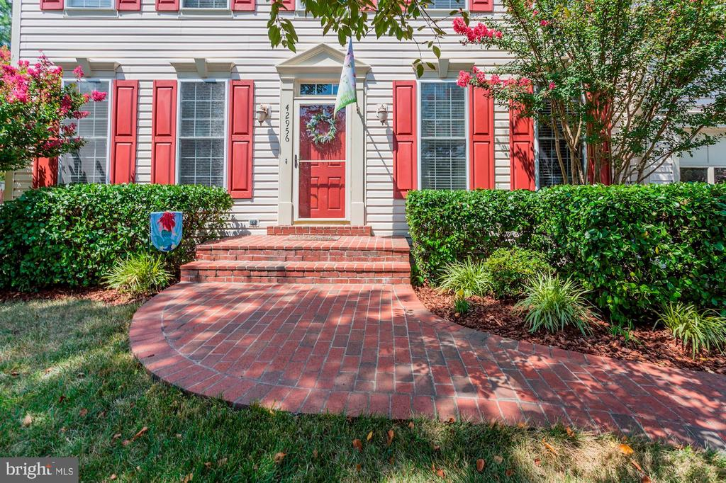 Beautiful brick paver walkway  to front door! - 42956 OHARA CT, ASHBURN