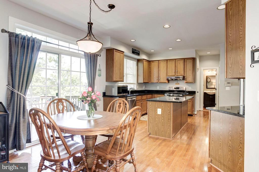 Kitchen boasts plenty of space for kitchen table! - 42956 OHARA CT, ASHBURN