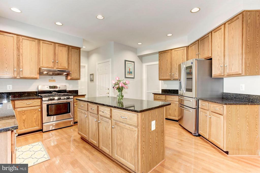 Kitchen - LOADS of cabinets - Room for everything! - 42956 OHARA CT, ASHBURN