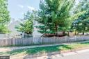 Fully fenced in Back Yard (pretty scalloped fence) - 42956 OHARA CT, ASHBURN