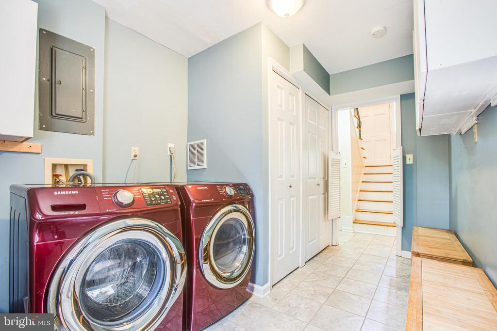 Huge laundry room with updated tile flooring - 1037 HARBOUR DR, STAFFORD