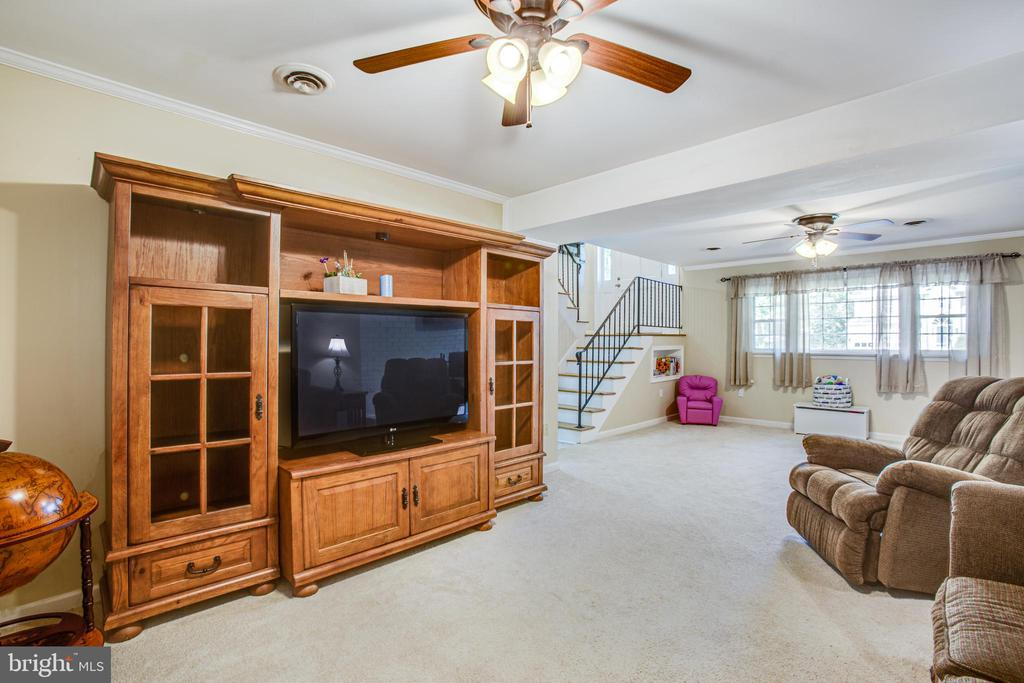 Huge family room with two ceiling fans - 1037 HARBOUR DR, STAFFORD