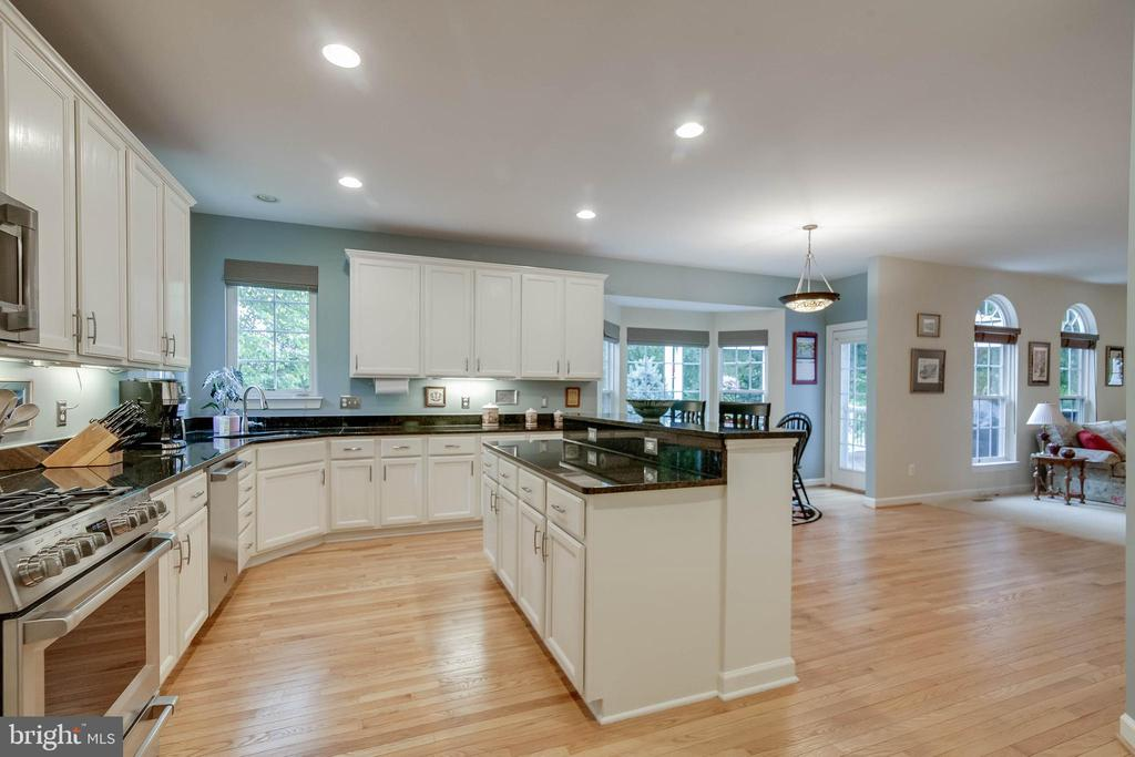 White cabinets - 43096 BINKLEY CIR, LEESBURG