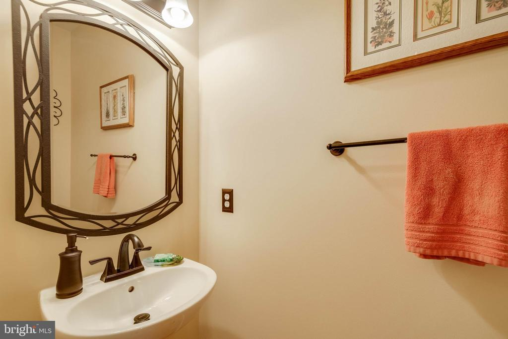 Main level half bath - 43096 BINKLEY CIR, LEESBURG