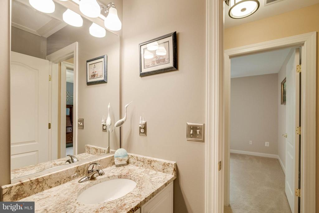 Upper level hall bath - 43096 BINKLEY CIR, LEESBURG