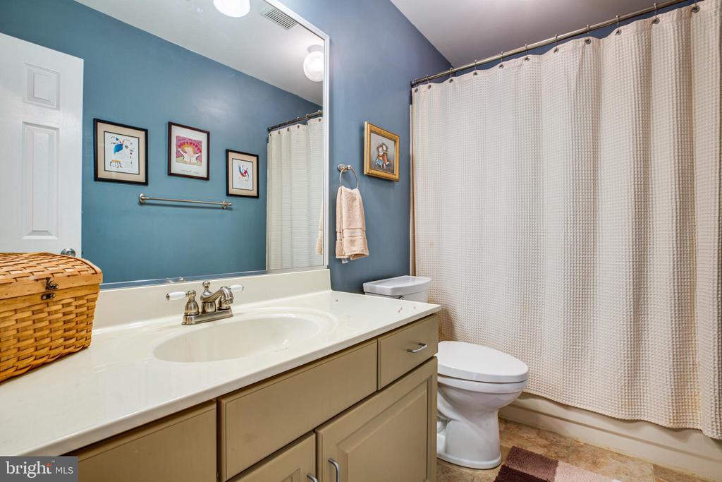 Updated Hall bath - 11911 KINGSWOOD BLVD, FREDERICKSBURG