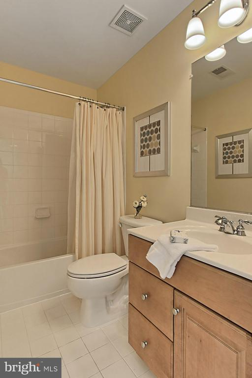 Shared bath w/ Crisp Tile - 23008 WHITE IBIS DR, BRAMBLETON