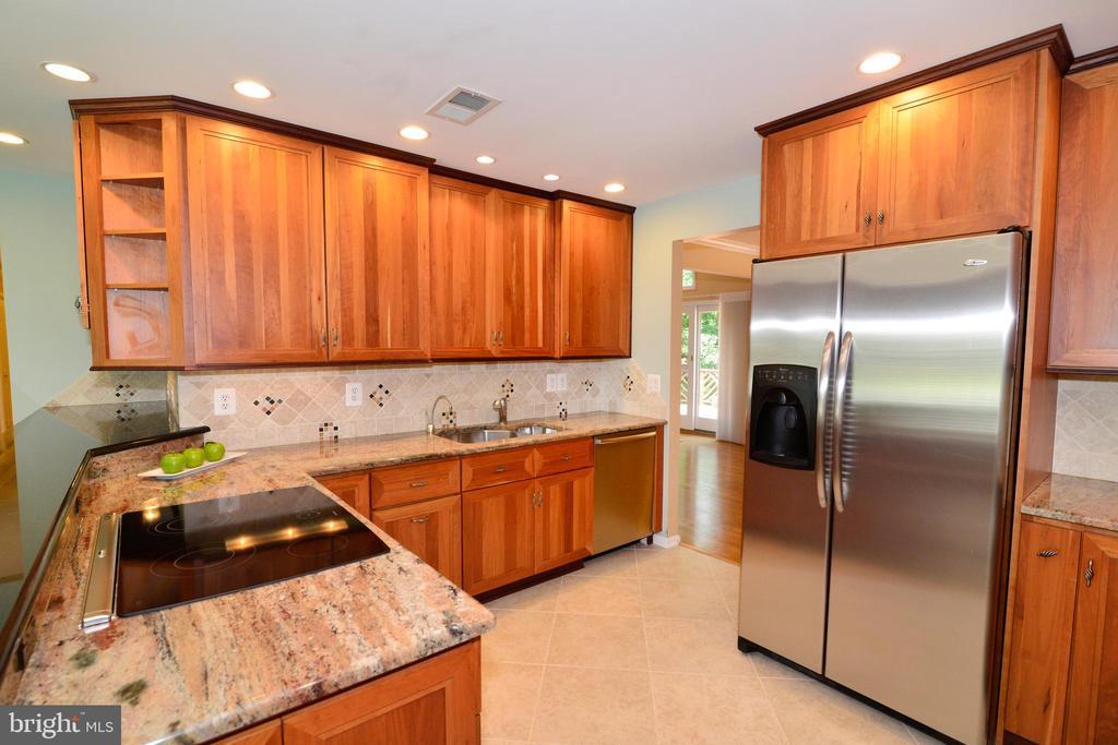 Beautiful Kitchen w/granite & Stainless Steel app - 1700 BESLEY RD, VIENNA