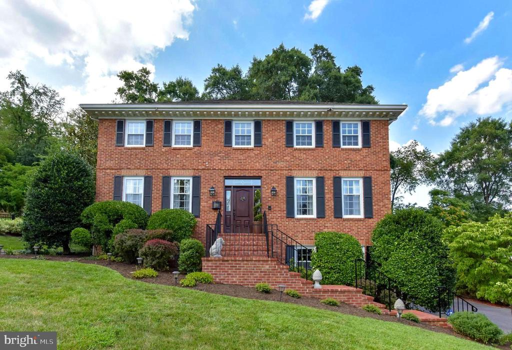 Gorgeous brick on all sides colonial home. - 1904 BELLE HAVEN RD, ALEXANDRIA