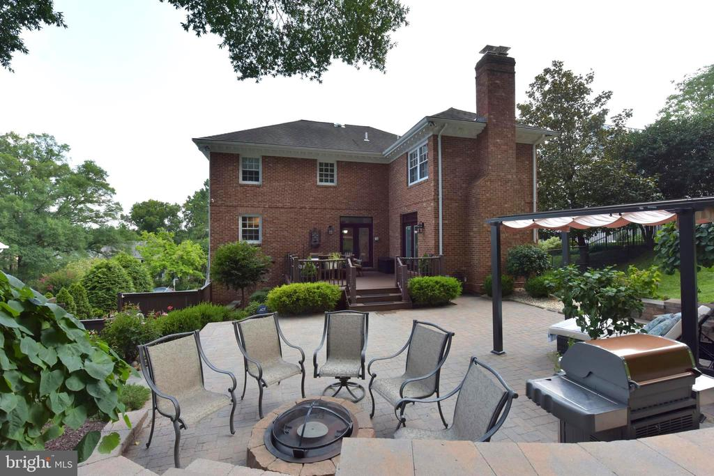 Large hardscape patio; great outdoor entertaining. - 1904 BELLE HAVEN RD, ALEXANDRIA