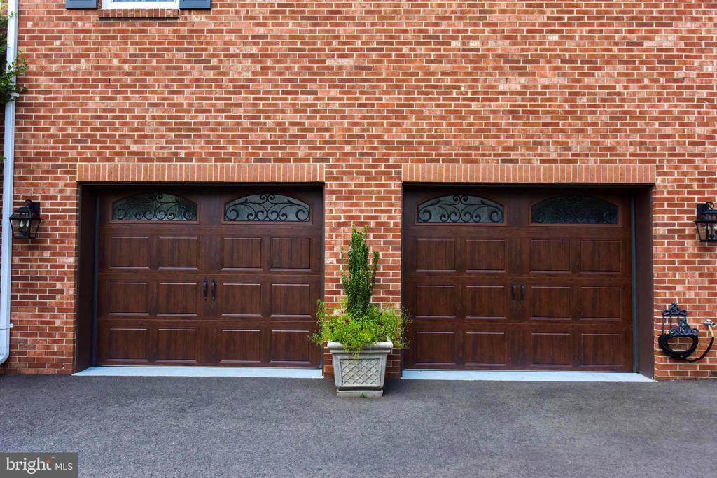 Custom garage doors complete this beautiful home. - 1904 BELLE HAVEN RD, ALEXANDRIA