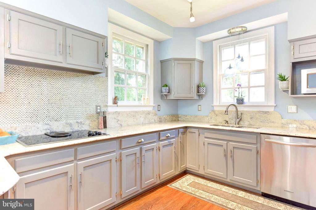 Granite counters&tile backsplash complete the look - 1904 BELLE HAVEN RD, ALEXANDRIA