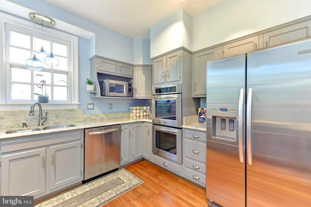 Double oven essential in this entertaining house. - 1904 BELLE HAVEN RD, ALEXANDRIA