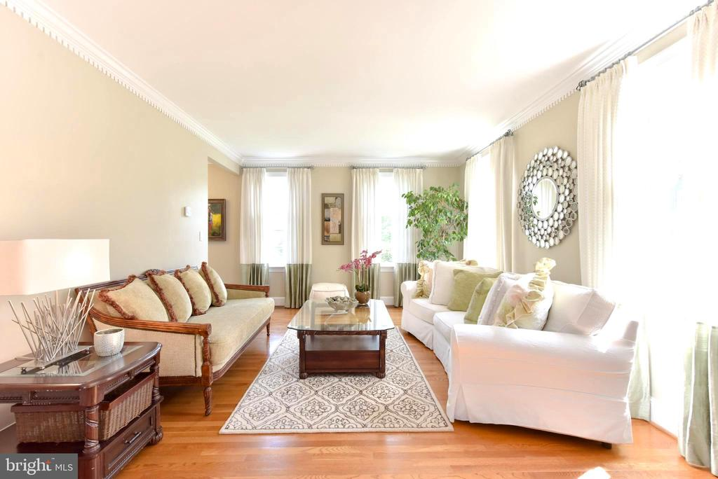 Wood floors grace entire main and upper levels. - 1904 BELLE HAVEN RD, ALEXANDRIA