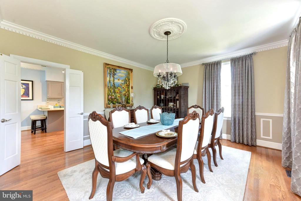 Dining room has wainscoting and ceiling medallion. - 1904 BELLE HAVEN RD, ALEXANDRIA