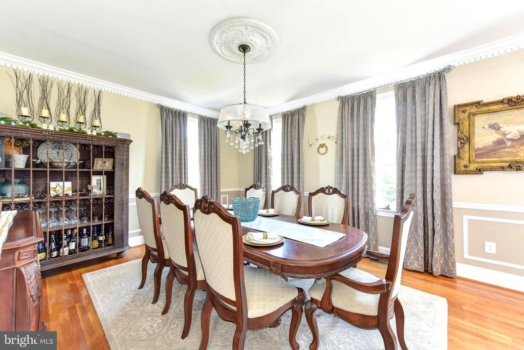 Large windows in dining room. - 1904 BELLE HAVEN RD, ALEXANDRIA