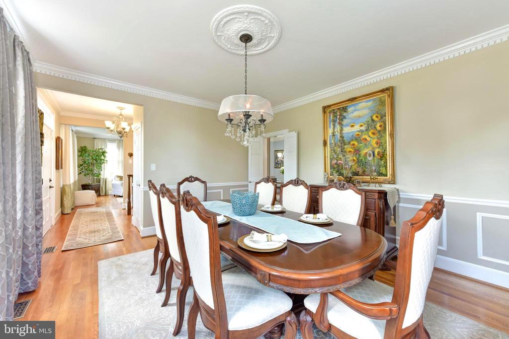 Dentil molding and wainscoting in dining room. - 1904 BELLE HAVEN RD, ALEXANDRIA