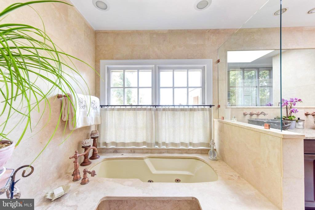 Sumptuous Master Bath jetting soaking tub. - 1904 BELLE HAVEN RD, ALEXANDRIA
