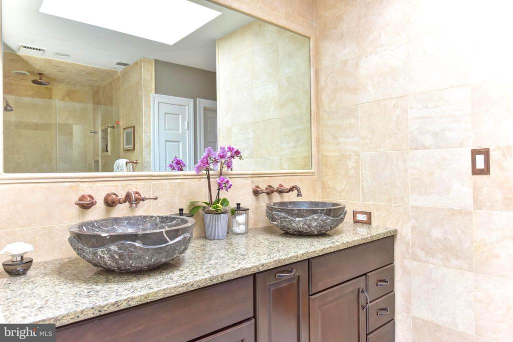 Double vessel bowl vanities, copper faucets. - 1904 BELLE HAVEN RD, ALEXANDRIA