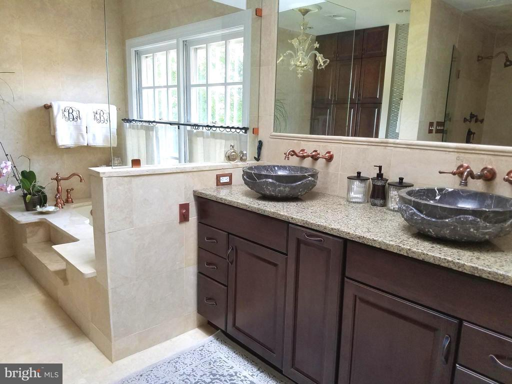 Spacious and convenient layout in master bathroom. - 1904 BELLE HAVEN RD, ALEXANDRIA