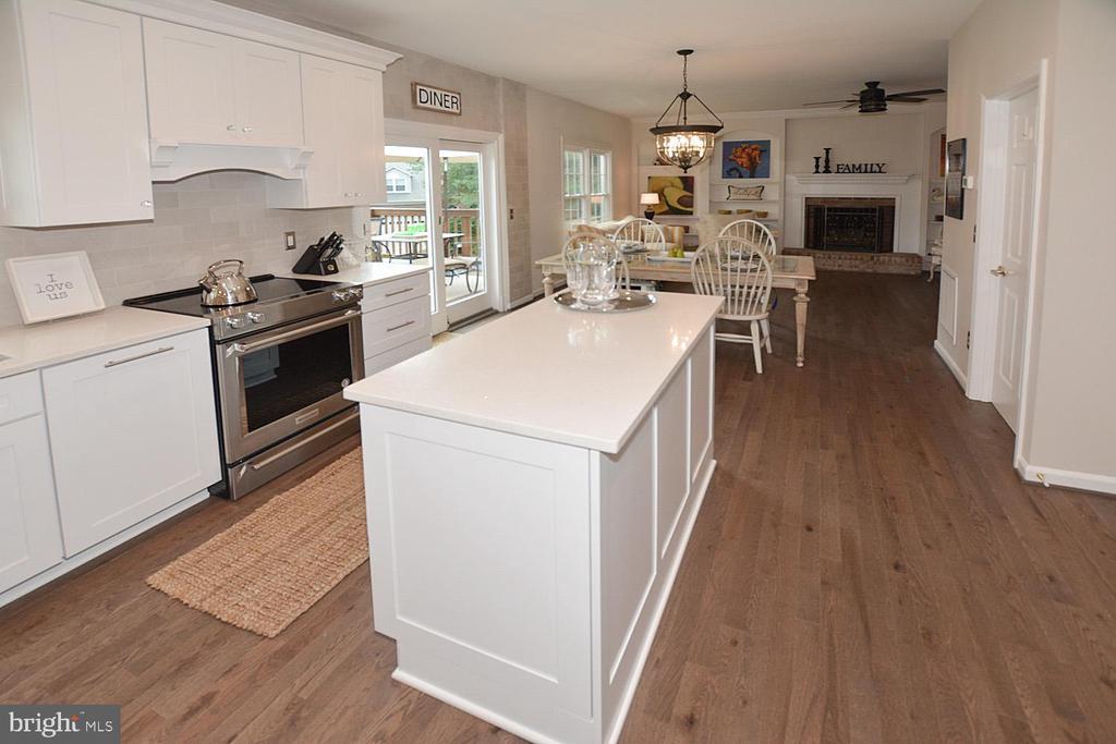 Stunning remodeled kitchen - 6731 ROCK BROOK DR, CLIFTON