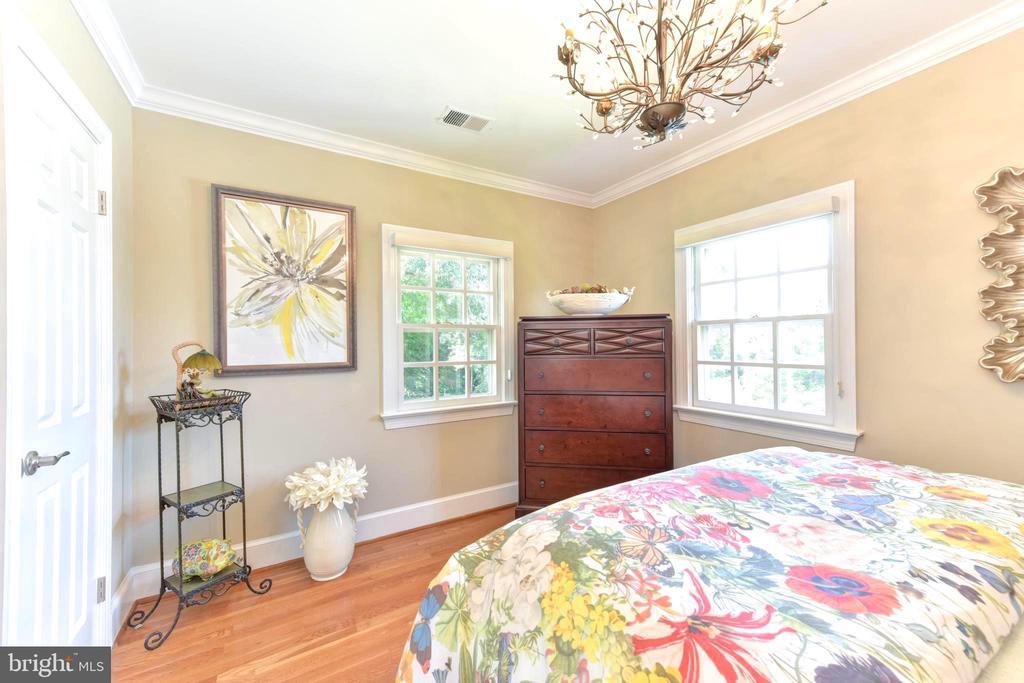 Corner bedroom with two windows. - 1904 BELLE HAVEN RD, ALEXANDRIA