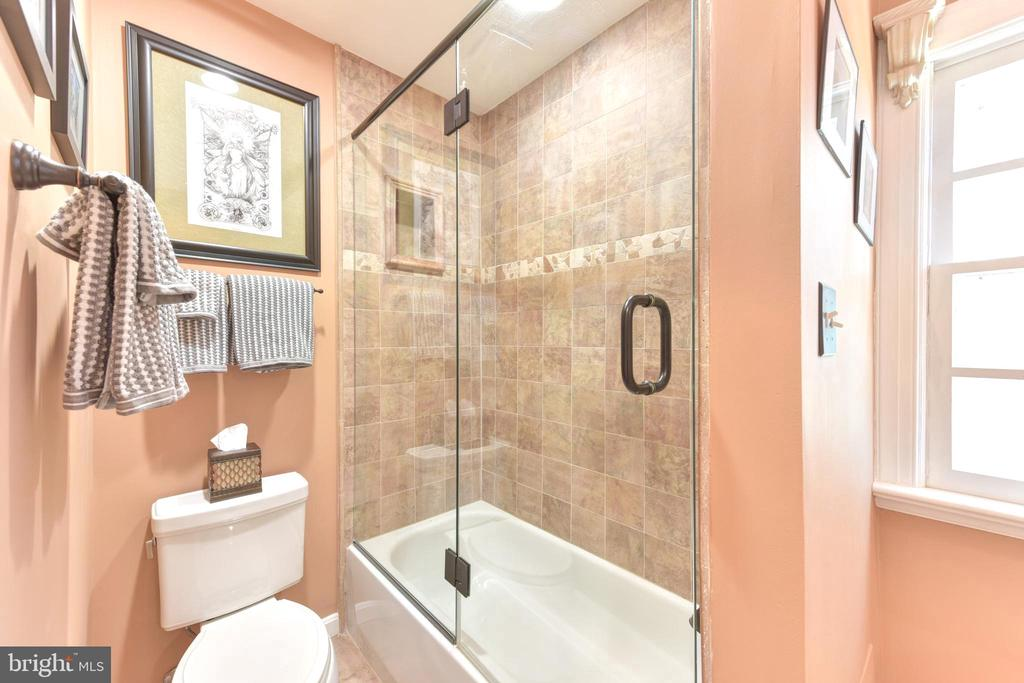 Glassed in tub/shower  and natural light. - 1904 BELLE HAVEN RD, ALEXANDRIA