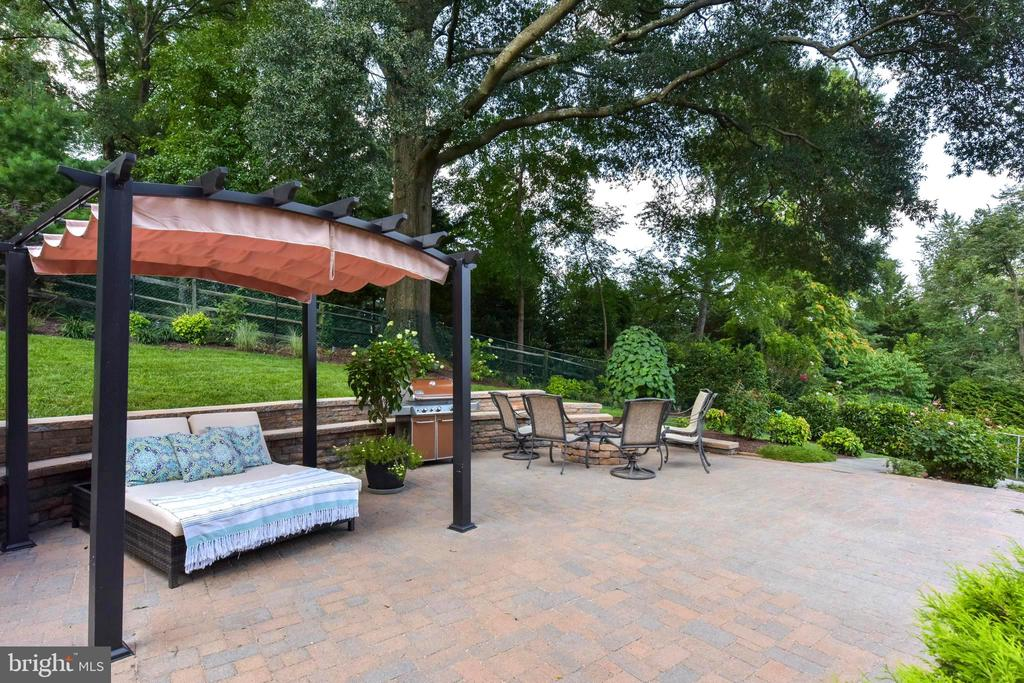 Great entertaining patio; extra seating along wall - 1904 BELLE HAVEN RD, ALEXANDRIA