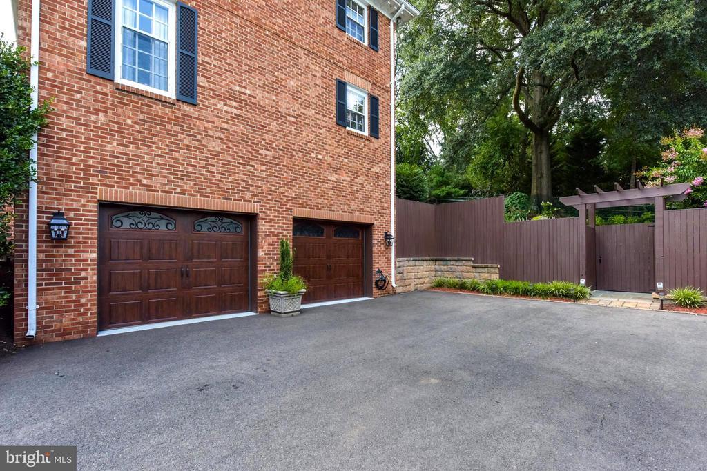 Custom garage doors; fenced back yard. - 1904 BELLE HAVEN RD, ALEXANDRIA