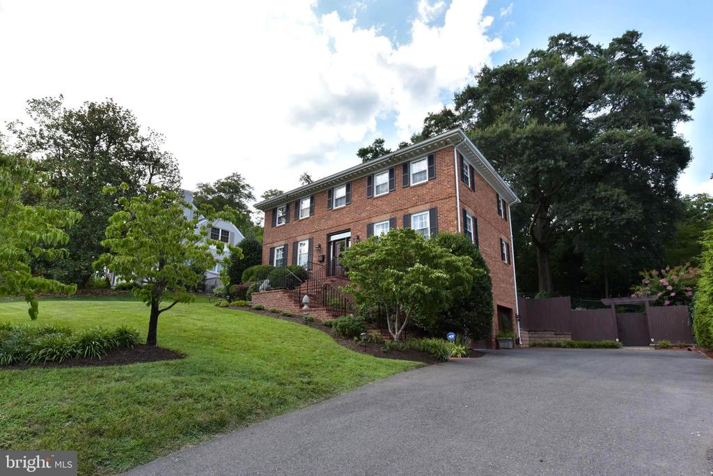 Stunning colonial sits upon hill in Belle Haven. - 1904 BELLE HAVEN RD, ALEXANDRIA