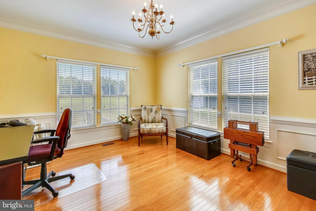 Blinds are window treatments throughout - 17262 NORTHWOODS PL, HAMILTON