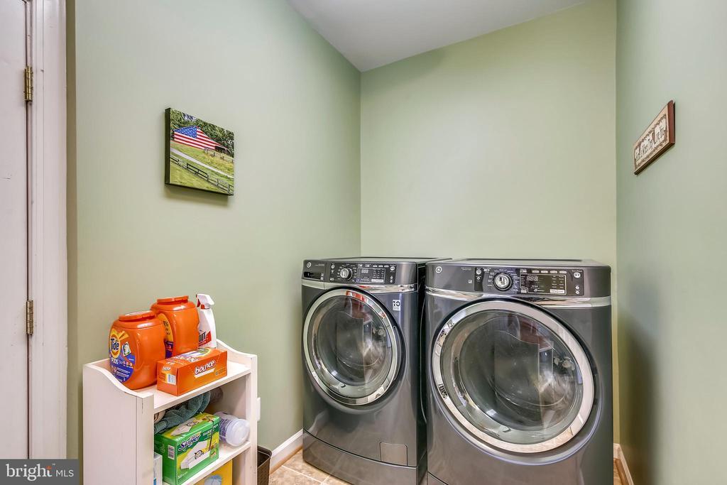 Laundry Room on Main Level  & Separate Mud Room - 17262 NORTHWOODS PL, HAMILTON