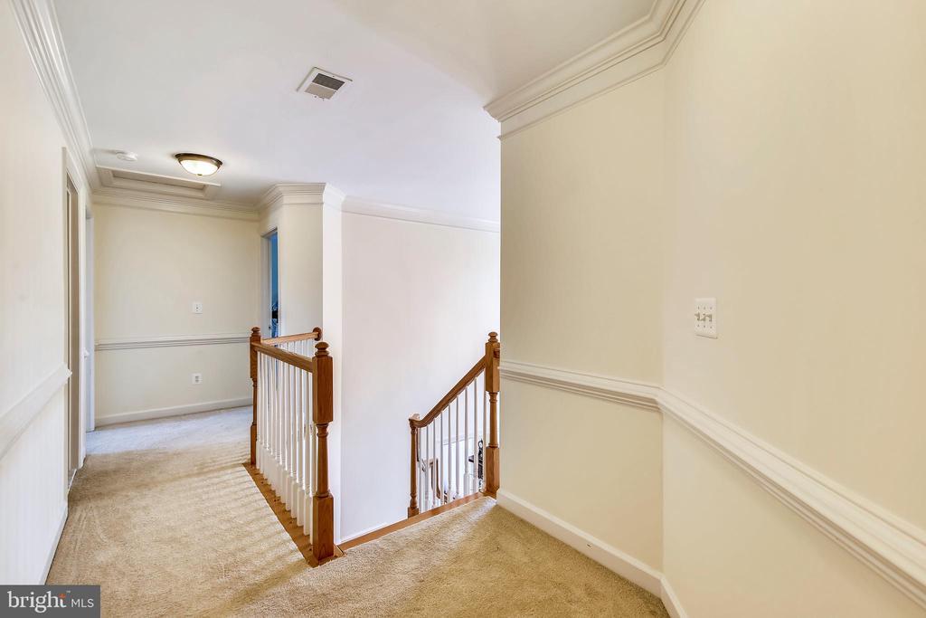 Upper Hallway - 17262 NORTHWOODS PL, HAMILTON