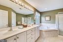 Master Bath double vanities - 17262 NORTHWOODS PL, HAMILTON