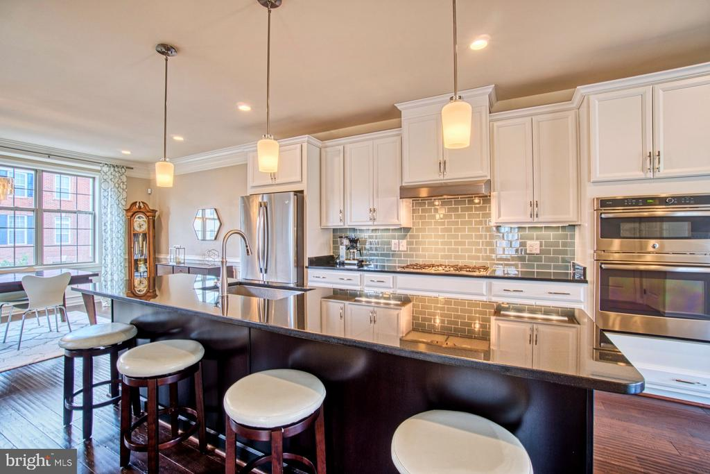 Large Island is Perfect for Entertaining - 22478 CAMBRIDGEPORT SQ, ASHBURN