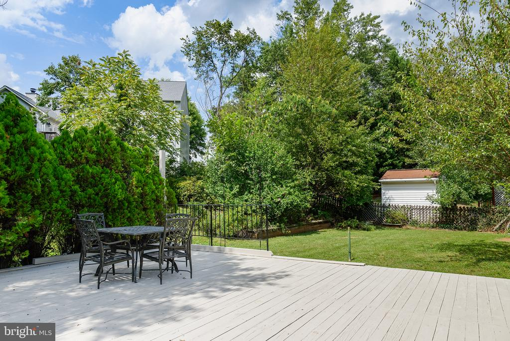 A backyard filled with great space and potential - 403 CARDINAL GLEN CIR, STERLING