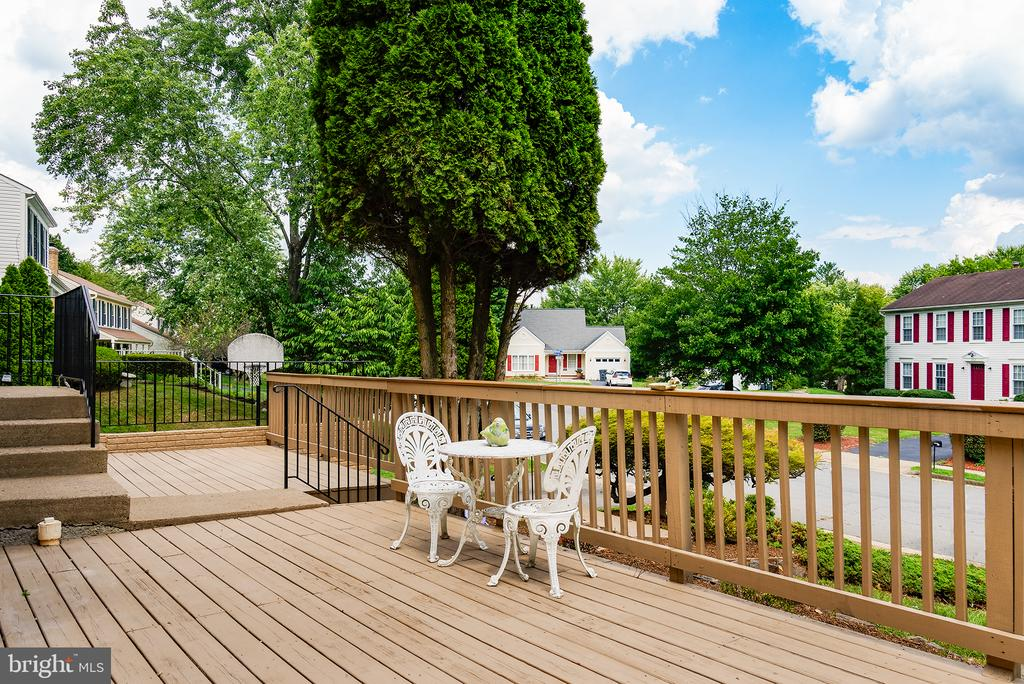 A front deck welcomes family and guests alike! - 403 CARDINAL GLEN CIR, STERLING