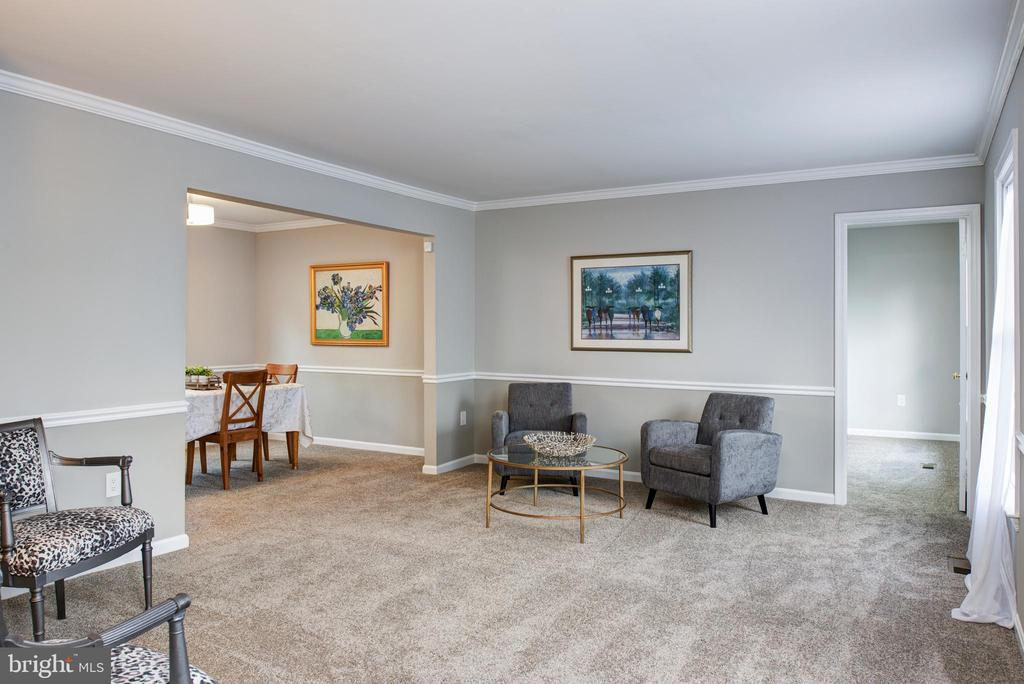 Huge living room to entertain or play - 403 CARDINAL GLEN CIR, STERLING