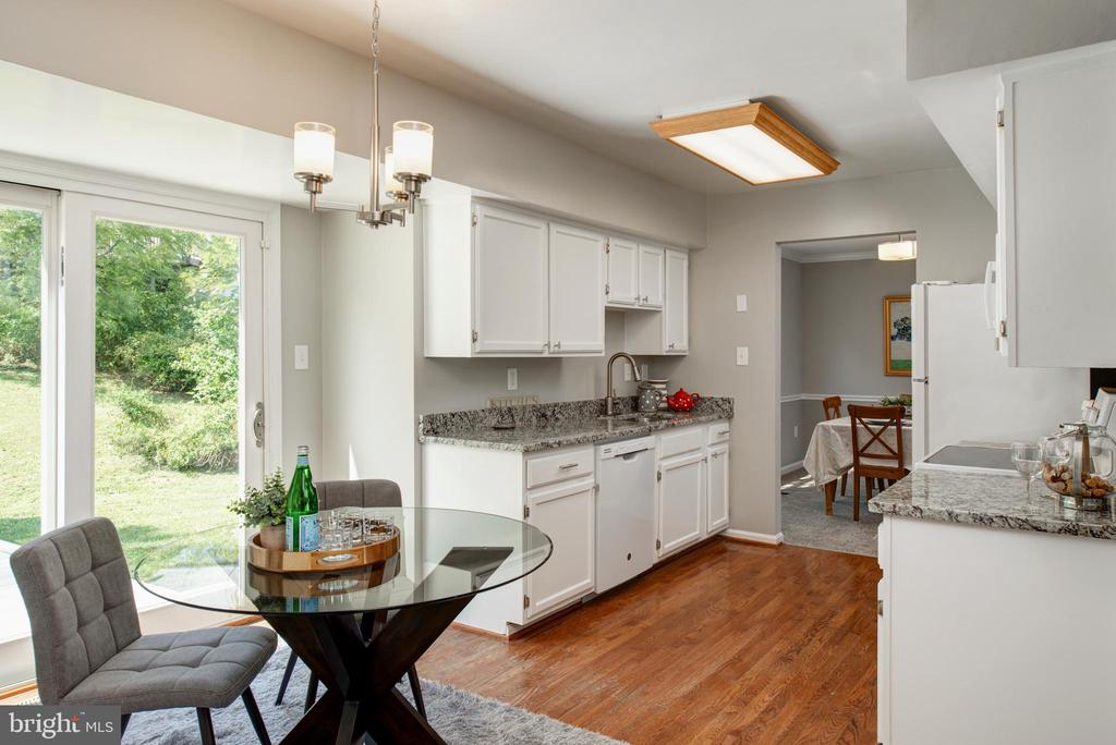 Updated kitchen with new granite and appliances - 403 CARDINAL GLEN CIR, STERLING