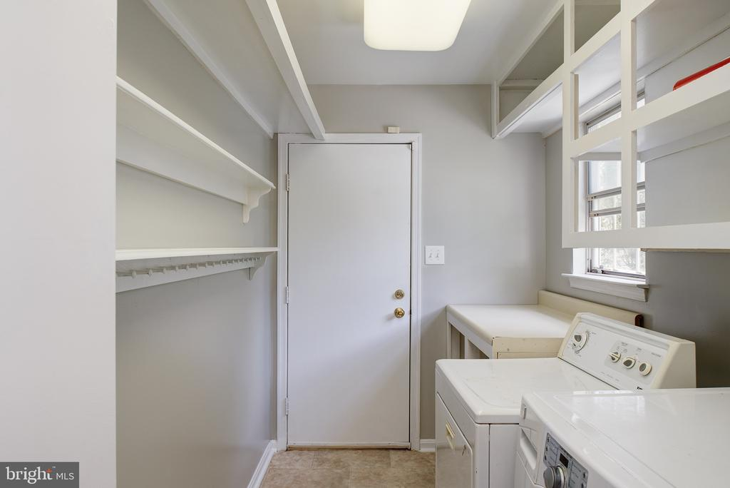 First floor laundry off KIT with pantry shelves - 403 CARDINAL GLEN CIR, STERLING