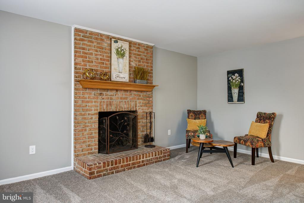Family Room with WB Fireplace - 403 CARDINAL GLEN CIR, STERLING